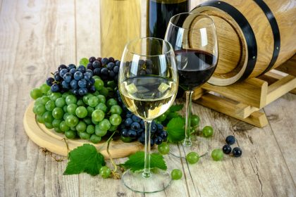 red and white grapes and red and white wine Pixabay 2017-6-21