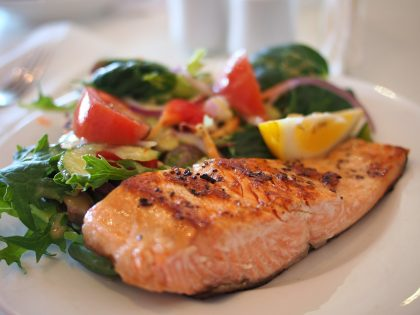 Salmon with salad in background 2017-09-01 pixabay